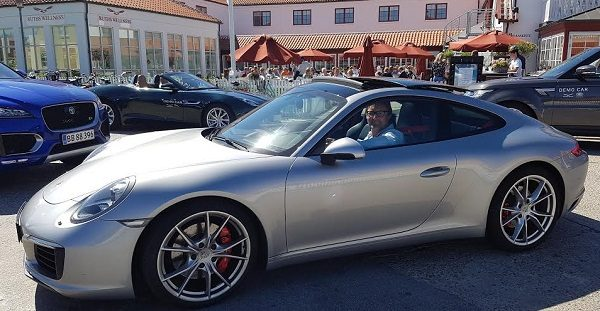 En ny Porsche 911 Carrera foran Ruths Badehotel i Skagen. Går afgiftsreformen igennem med den store lettelse, falder prisen på den tyske herrebil med 350.000 kr.