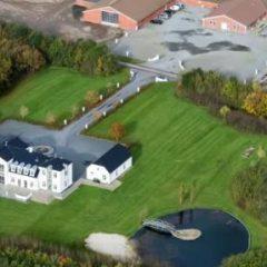 Særligt gården, Lille Amalienborg, i Grindsted har illustreret bankernes krise. Den Jyske Sparekasse har tabt et trecifret millionbeløb på gården og har den fortsat til salg. Banken har stadig lån for 2,5 mia. kr. til landbruget.