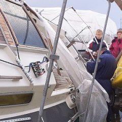 --STORM Her er man igang med at udbedre skader dagen derpaa. Mange lystbaade i Fredericia Lystbaadehavn var vaeltet. NORDFOTO/Claus Fisker 1999