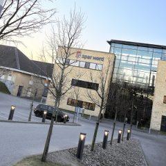 Spar Nord og især topchef Lasse Nyby har mange kasketter på, når det gælder udviklingen i banksektoren. Dels er Spar Nord i gang med en fjendtlig overtagelse af Danske Andelskassers Bank, dels sidder han i bestyrelsen for både Nykredit og AP Pension, der begge har både stærke interesser og store aktieposter i de mindre banker. Også aktører som Henrik Lind og ejendomsmatador Heine Delbing blander sig nu i konsolideringsbølgen i bankerne.