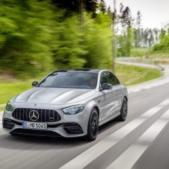 Mercedes-AMG E 63 S  Limousine (Kraftstoffverbrauch kombiniert: 11,6 l/100 km, CO2-Emissionen kombiniert: 267 g/km), 2020,  Outdoor, Seitenansicht, dynamisch, Exterieur: hightechsilber metallic   Mercedes-AMG E 63 S Sedan (combined fuel consumption: 11,6 l/100  km, combined CO2 emissions: 267 g/km), 2020, Outdoor, side, dynamic, exterior: hightechsilver metallic